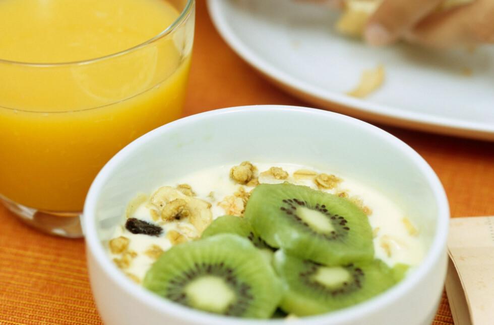 KOMBINER: Appelsinjuice og frukt og grønt som er rikt på vitamin C gjør det lettere for kroppen å ta opp jernet som finnes i kornprodukter. Foto: Scanpix/NTB