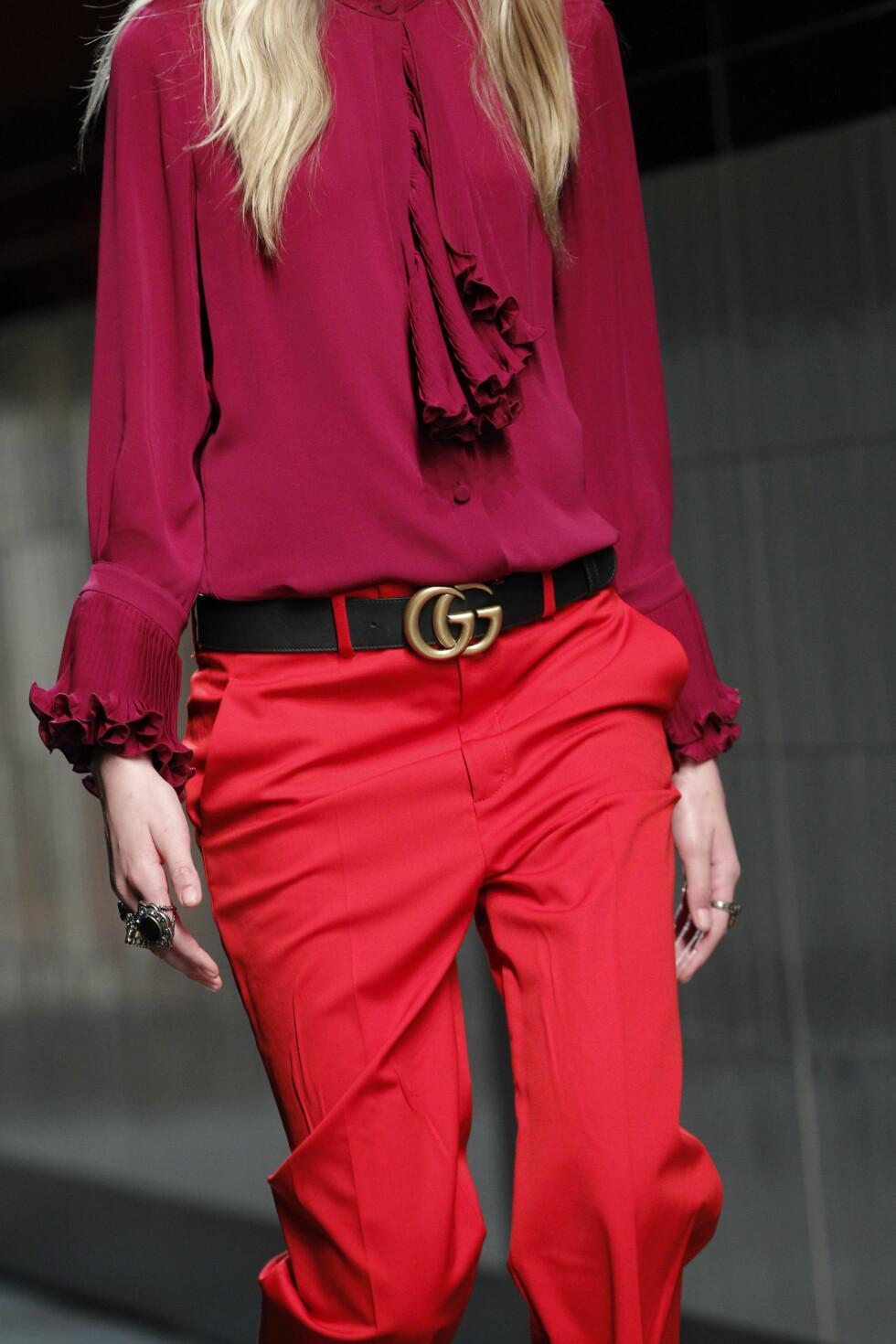 LEKRE DETALJER: Gucci viser her hvordan du kan få et elegant  og enkelt antrekk til å bli spennende med et sort belte i midjen.  Foto: Scanpix.