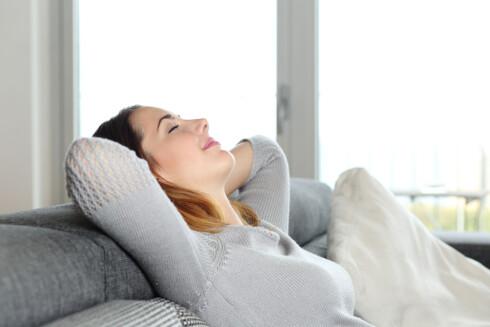MANGLENDE MOTIVASJON? Det er fristende å bli sittende på sofaen etter jobb, men det skal ikke så mye til for å få en litt sprekere hverdag. Foto: Scanpix