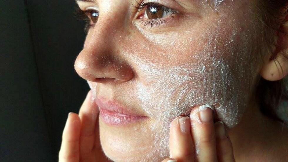 EKSFOLIERING: Ifølge hudterapeut Anne Berit Eide bør du unngå hyppig eksfoliering av den tynne ansikts- og brysthuden. Men når du gjør det, bør du velge en skrubb med runde korn. Foto: Emilie Gundersen
