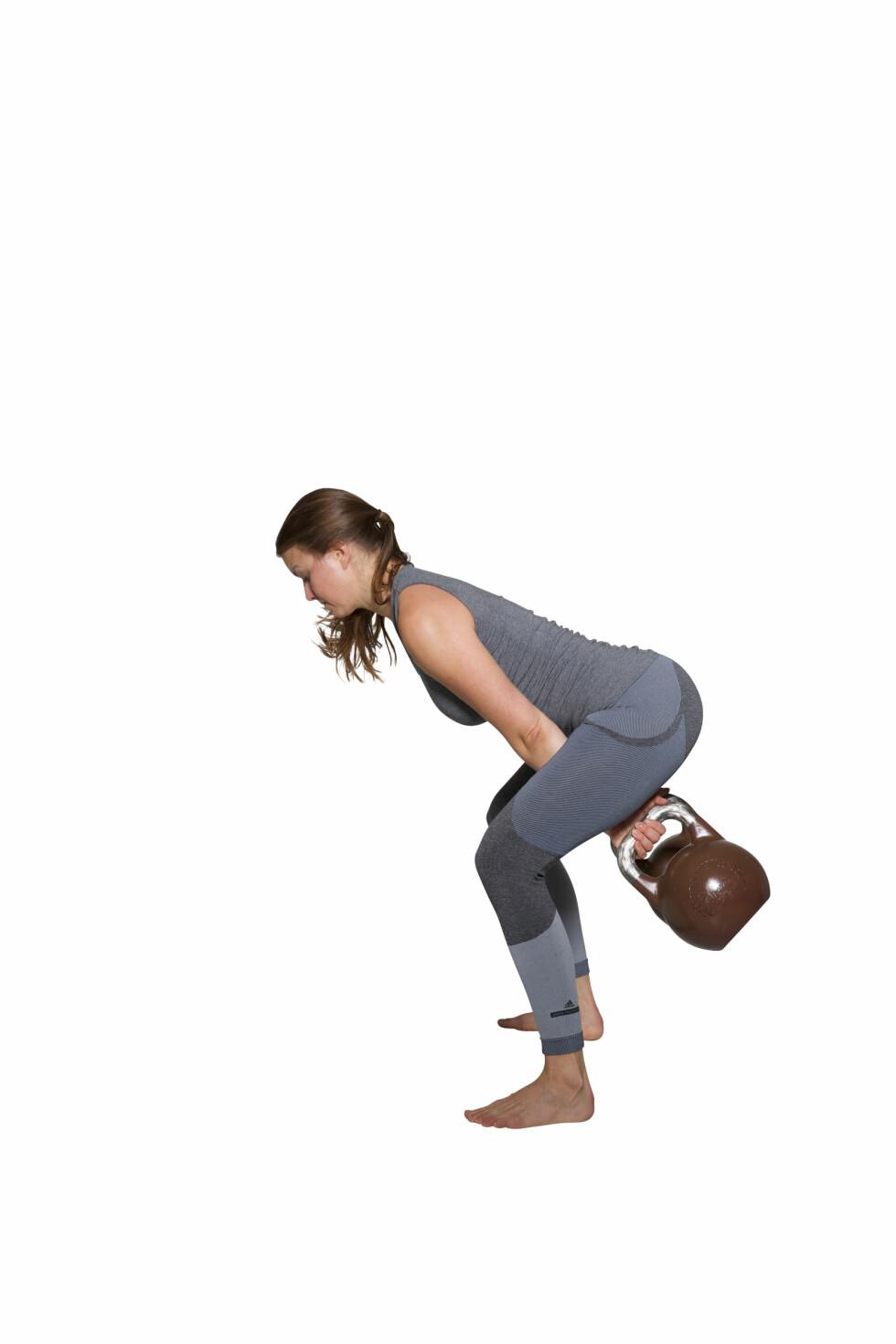 <strong>ASYMMETRISKE SWINGS:</strong> Hold ryggen rett mens du bøyer deg fremover. Foto: Frederikke Heiberg