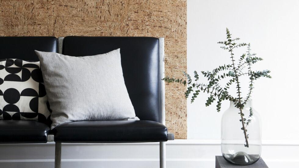 KORK: Bruk det til småting eller som her, til å dekke en del av veggen med. Korktapet fra tapetogkunst.dk, teppe fra ilva.dk, vase fra house-doctor.royaldesign.no. Foto: Pernille Enoch