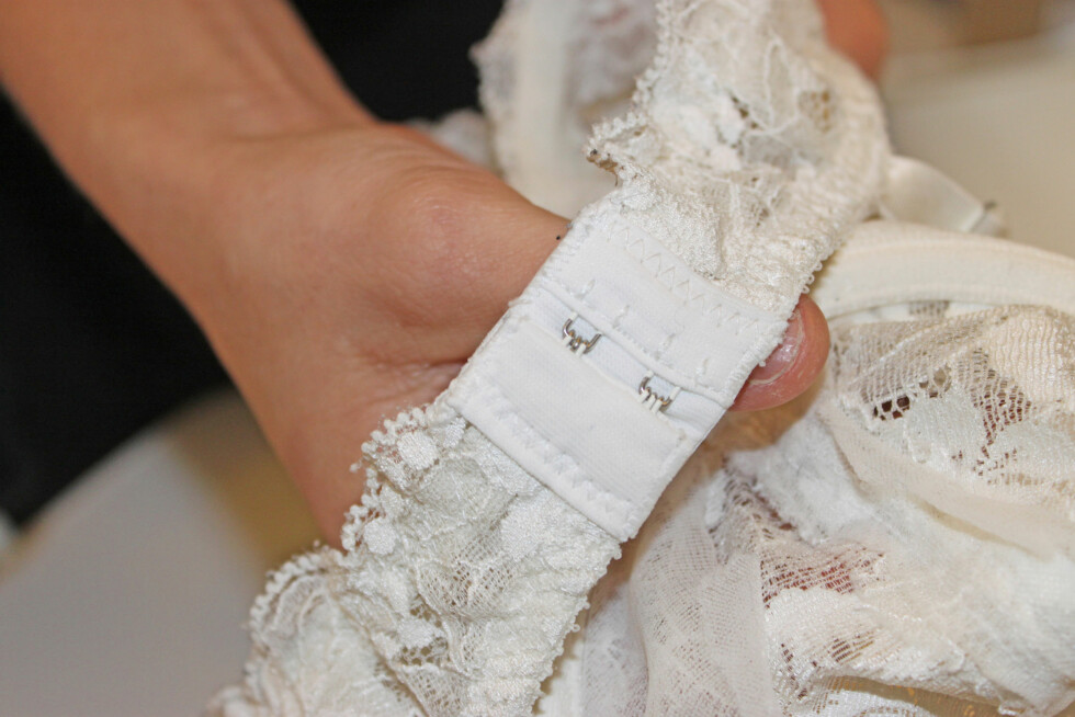 HEKT SAMMEN: Gjør du dette før du vasker bh-en vil du kunne unngå uheldige hull.  Foto: Engen/Blystad