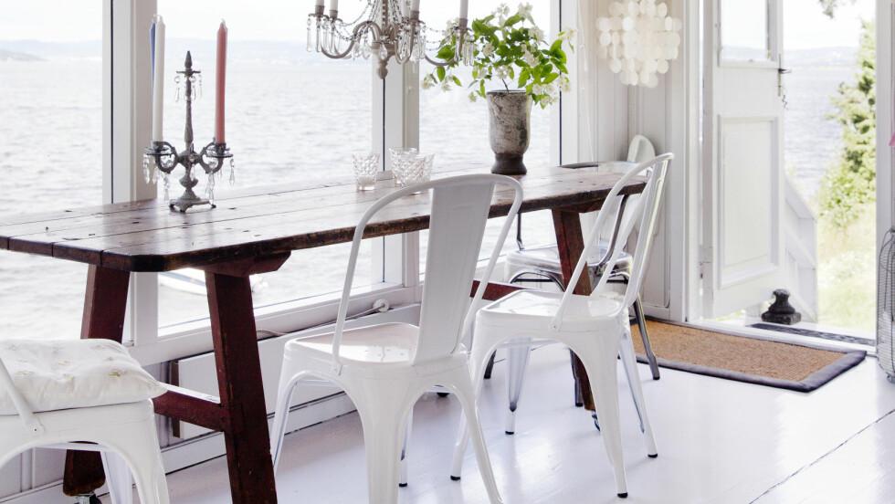 LYST OG ÅPENT: Et langt, smalt bord gir bedre plass rundt, og store vinduer og hvite vegger gjør rommet lyst og åpent.  Foto: Yvonne Wilhelmsen