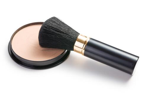 VASK KOSTENE: Sminkekostene bør vaskes oftere hvis du sliter med uren hud. Foto: Scanpix