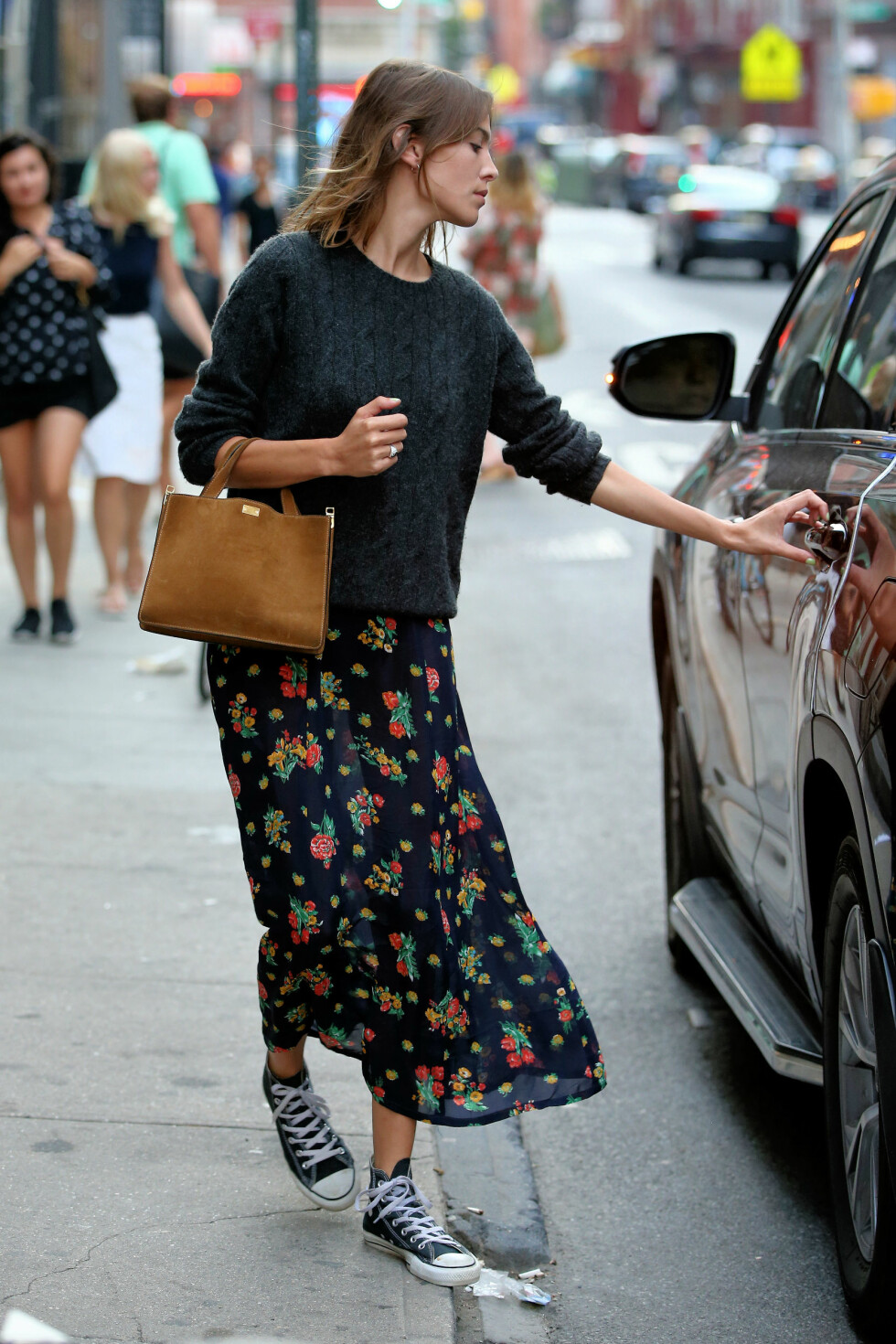 HEVER ANTREKKET: Fashionistaen Alexa Chung på vei til middag i New York, iført en semsket skinnveske i en lekker kamelfarge.   Pictured: Alexa Chung Ref: SPL1113571  310815   Picture by: Christopher Peterson/Splash News  Splash News and Pictures Los Angeles:	310-821-2666 New York:	212-619-2666 London:	870-934-2666 photodesk@splashnews.com  Foto: Splash News
