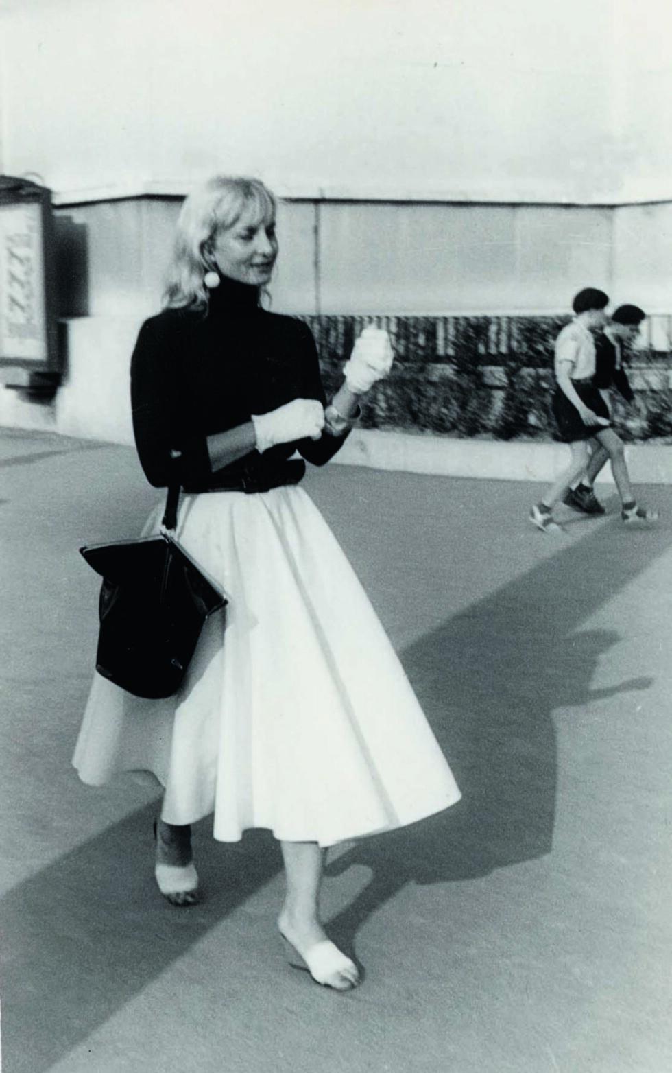 MOTEBEVISST DAME: Sossen Krohg bodde i Paris i 18 år av sitt liv. Der spilte hun teater og levde livet til det fulle. Klær og sminke betydde mye for henne.  Foto: Privat