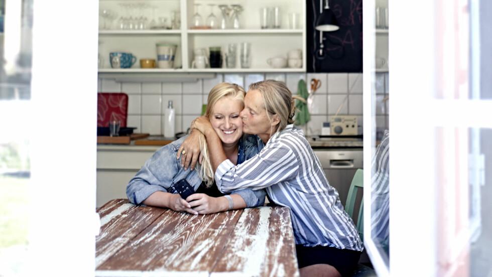 MOR OG DATTER: 15 år etter at hun kom hjem full, sier Tuva Fellman at hun gjerne bruker moren, Hélène, som rollemodell. Foto: Geir dokken