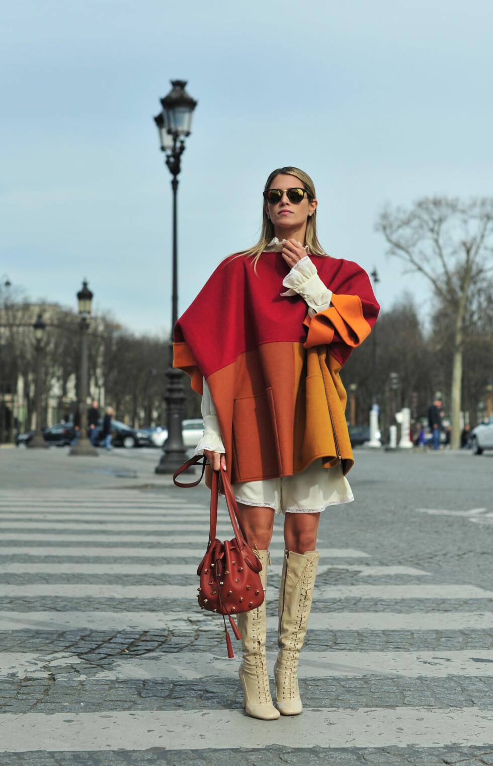 LA DEG INSPIRERE: Kombiner de knehøye støvlene med en lekker poncho og la skjorteermene synes under.  Foto: Scanpix