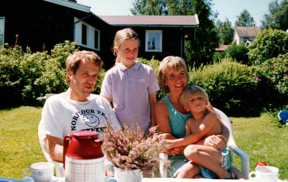 EN SOLSKINNSDAG: Harald, Katrine og Kjersti med Frode på fanget en sommerdag hjemme i hagen på Skedsmokorset i 1989. Foto: Privat