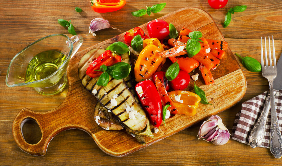 Grilled vegetables on a wooden cutting board. Top view Foto: bit24 - Fotolia