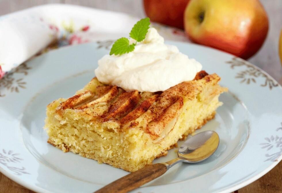 <strong>KALLES EPLEKAKE:</strong> Lettvint kake som smaker deilig når den er nystekt og varm. Foto: Synøve Dreyer