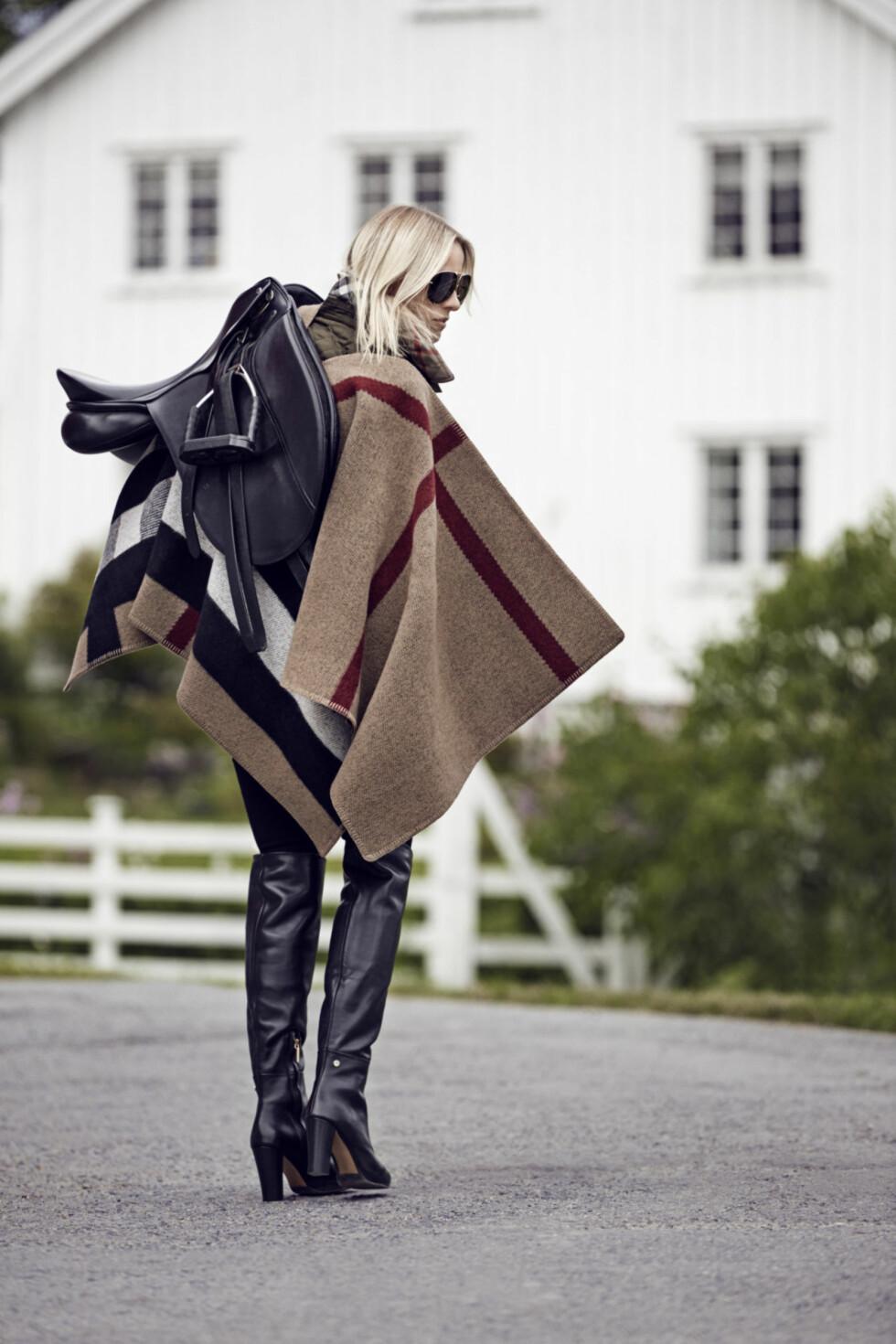 Profilert moteblogger i ny kampanje: Aagaard i trendy poncho. Denne varianten fra Burberry kan du få med dine initianaler.  Foto: Truls Qvale/Burberry