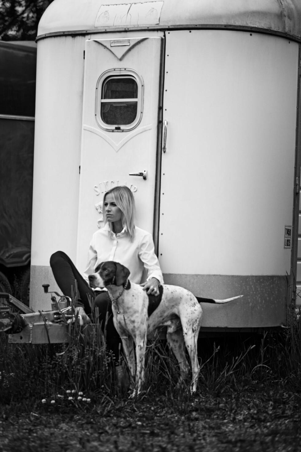 Profilert moteblogger i ny kampanje: Et klassisk antrekk med hvit skjorte og jeans.  Foto: Truls Qvale/Burberry