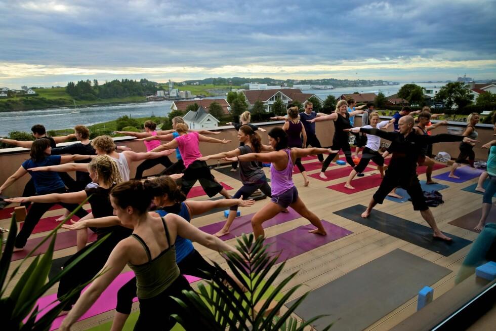 YOGA PÅ TERRASSEN: En finværsdag hender det gjerne yogatimen blir holdt utendørs på takterrassen, med panoramautsikt over Karmsundet. Foto: Ellis del Sol