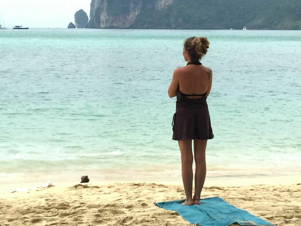 LIVER BLE ENDRET: Alt startet på denne stranda i Thailand for 16 år siden. På en rusletur alene en morgenstund fikk plutselig Aina svaret på hva hun ville bruke livet sitt til. Foto: Ellis del Sol