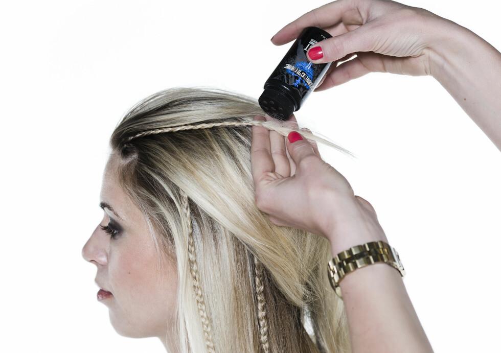 LØSE FLETTER: Du kan feste flettene med små strikker, men når du tupperer endene og drysser hårpudder oppi tupperingen, sitter flettene nesten bedre enn med strikk. Foto: Astrid Waller