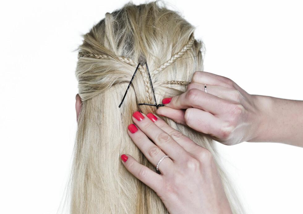 LØSE FLETTER: For å få frem flettene bedre, kan du trekke håret bakover og feste med spenner i en trekant. Stilig samtidig som at håret sitter veldig godt. Foto: Astrid Waller