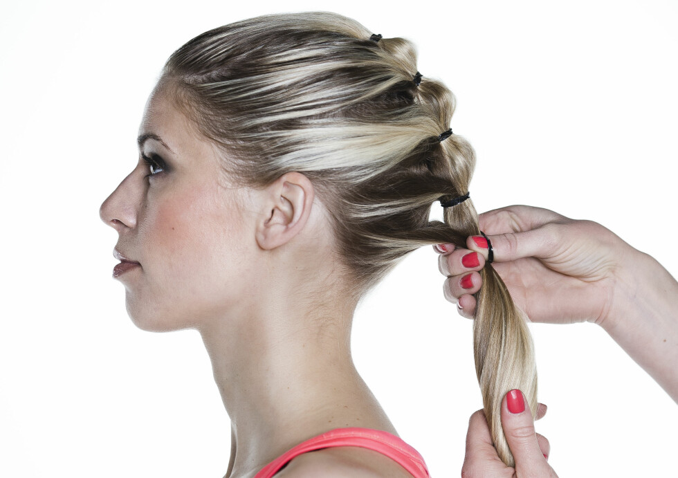HESTEHALE: Lag fire-fem strikker, og avslutt med det underste håret til slutt. Hvis du vil, kan du bruke fargede strikker.  Foto: Astrid Waller
