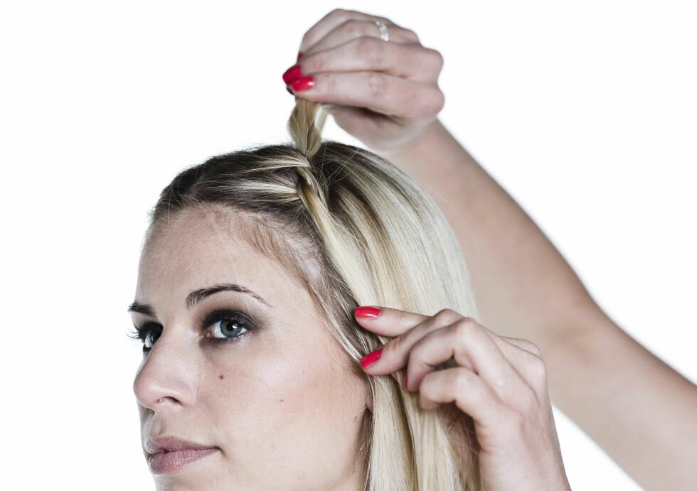 KNYTEFLETTE: Del håret i en midtskill. Start helt fremme ved tinningen. Ta to hårseksjoner og knyt dem sammen en gang på samme måte som når du starter ålage en vanlig knute.  Foto: Astrid Waller