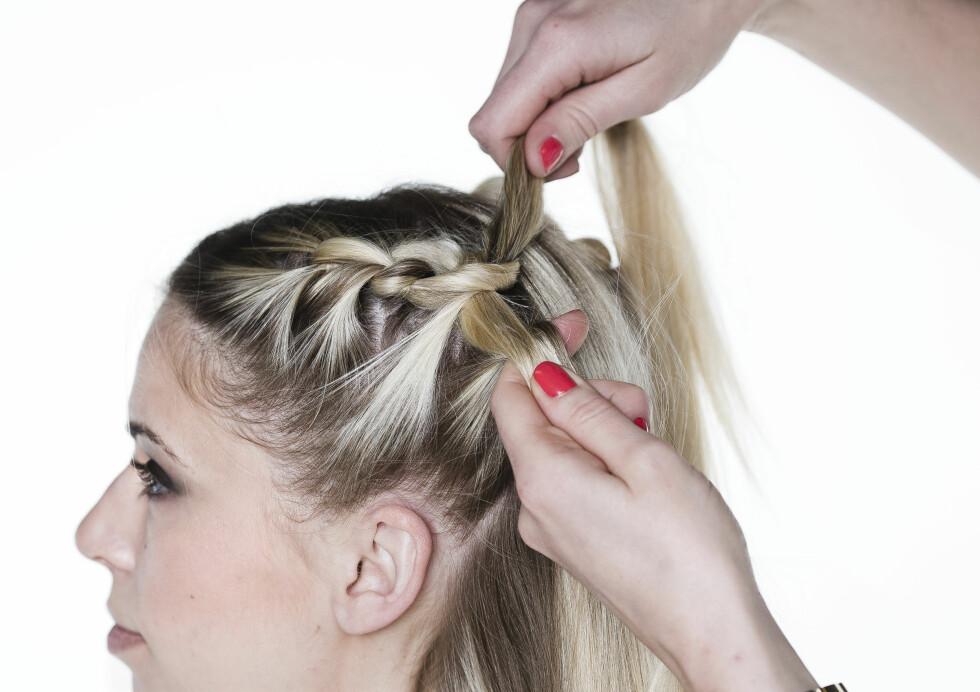 KNYTEFLETTE: For hver knyting henter du mer hår til hver hårseksjon, hele veien bakover.  Foto: Astrid Waller