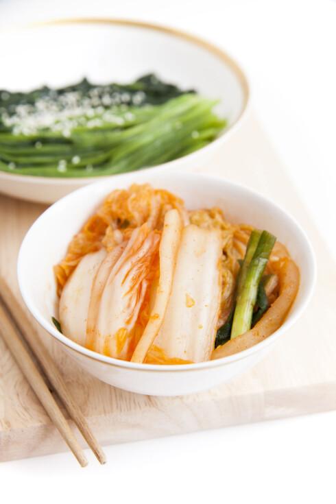 KIMCHI: Hørt om det før? Den koreanske retten er ikke bare fargerik og smakfull, men prosessen der ingrediensene fermenteres gjør den også svært så fordelaktig for helsen din Foto: elieli - Fotolia