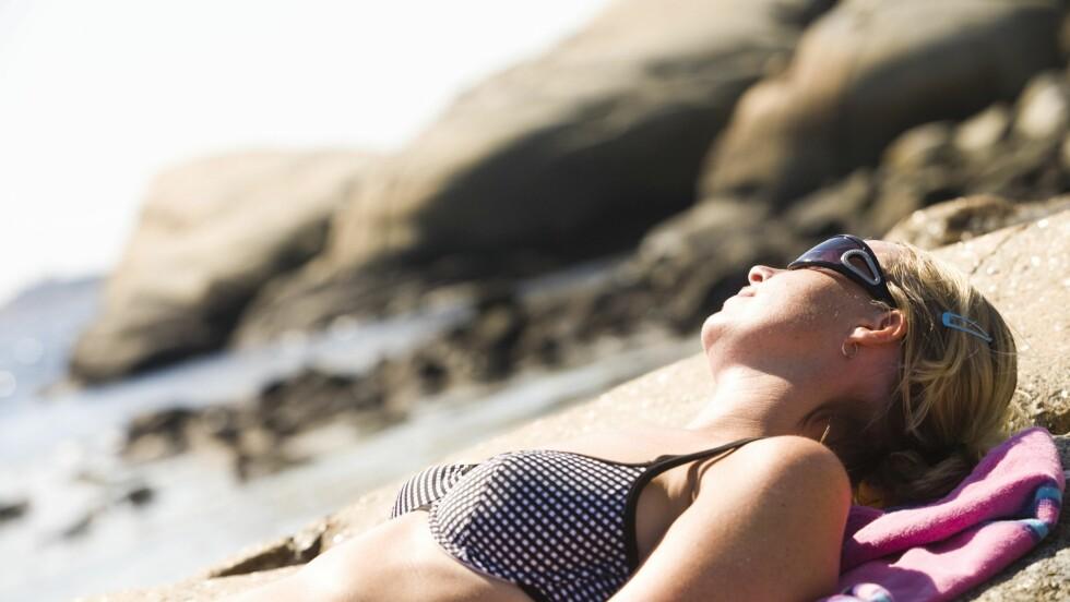 <strong>UNNGÅ SOL MIDT PÅ DAGEN:</strong> Det er viktig å være ute i sollyset, men du bør helst unngå å sole deg midt på dagen når solen er på sitt sterkeste. Foto: Samfoto
