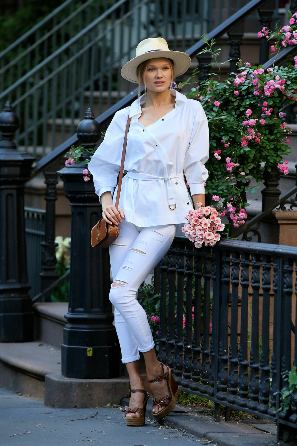Bruk hatt i sommer: Modellen Vita Sidorkina går for en klassisk strandhatt på byferie i New York. Foto: Scanpix