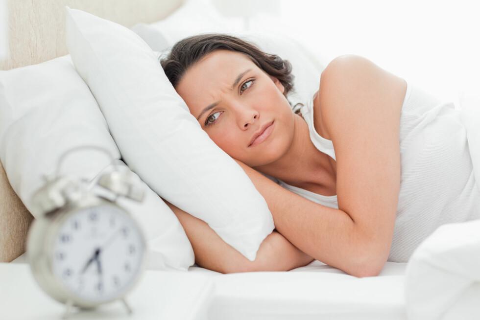 SØVNLØS: Lys fra telefoner og pc-skjermer kan hemme produksjonen av søvnhormonet melatonin, og gjøre det vanskelig å sovne om kvelden. Foto: Scanpix/NTB