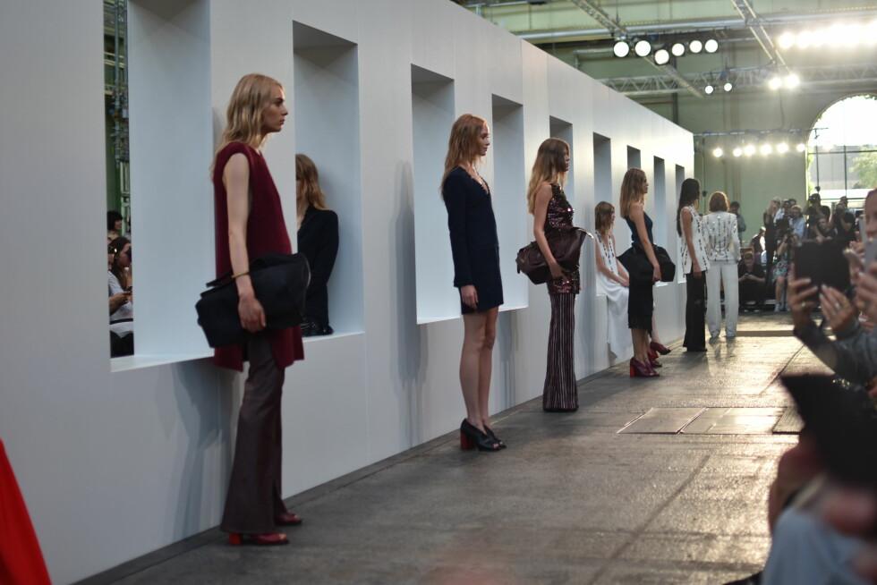 By Malene Birger: Modellene lar seg fotografere og studere i slutten av visningen.  Foto: Nathalie Helgerud/ Darja Barannik