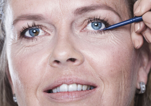 FREMHEVER ØYNENE: Vibekes vakre blå øyne blir rammet inn og løftet frem med nappede og fargede øyenbryn og kajal.   Foto: Astrid Waller