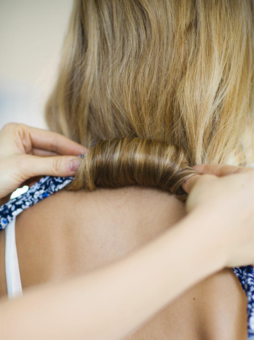 2 Surr håret rundt båndet. Begynn nederst på håret, og rull oppover til du når nakken.  Foto: Astrid Waller