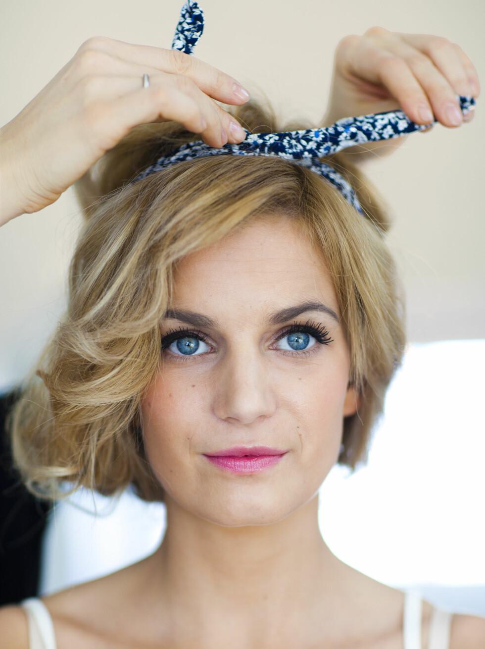 3 Knyt på toppen, og la noe av håret falle ned på siden. Avslutt med hårspray. Foto: Astrid Waller