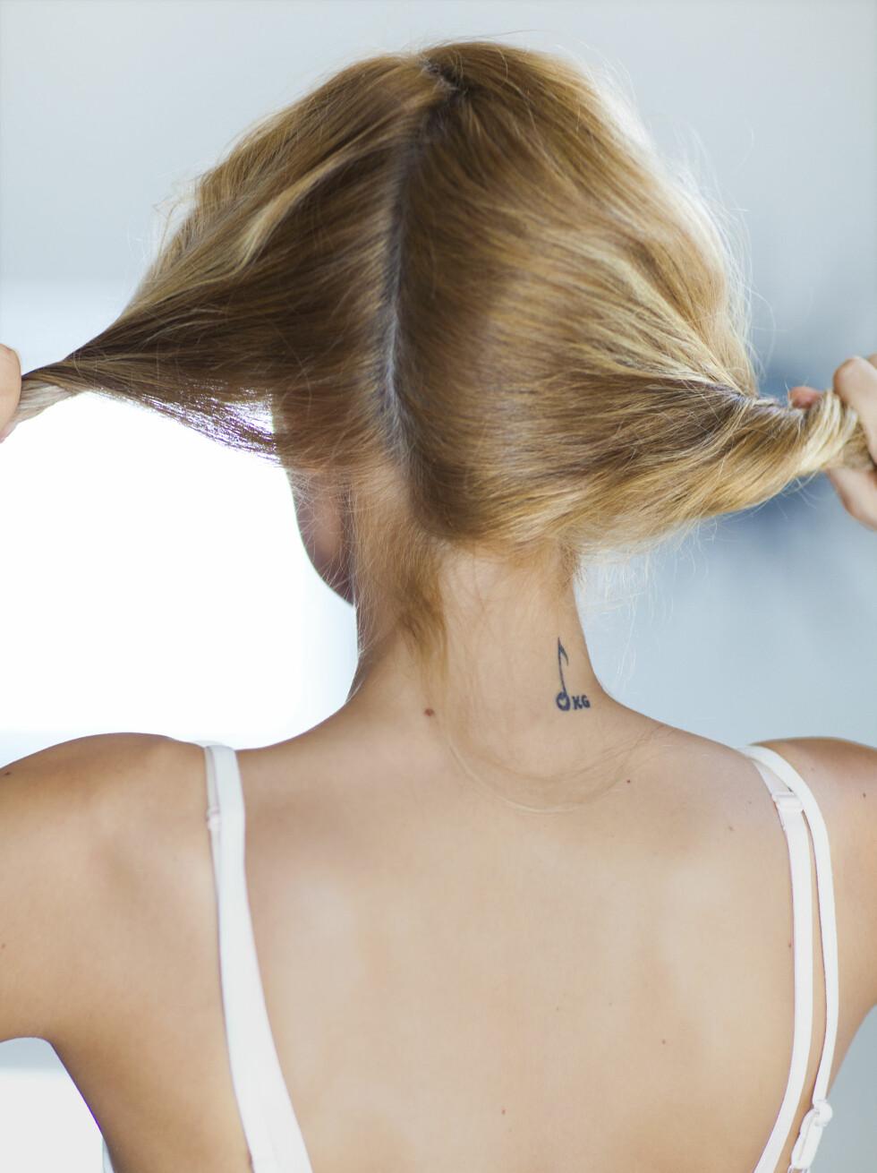 1 Del håret i to seksjoner slik at du får skillen på siden.