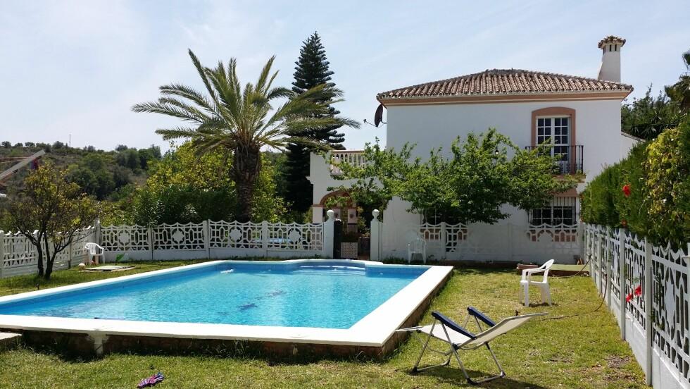 FLYTTET TIL SPANIA: Med så mye sol som familien Bolstad får i Malaga er det deilig med et badebasseng å kjøle seg ned i. Foto: Privat