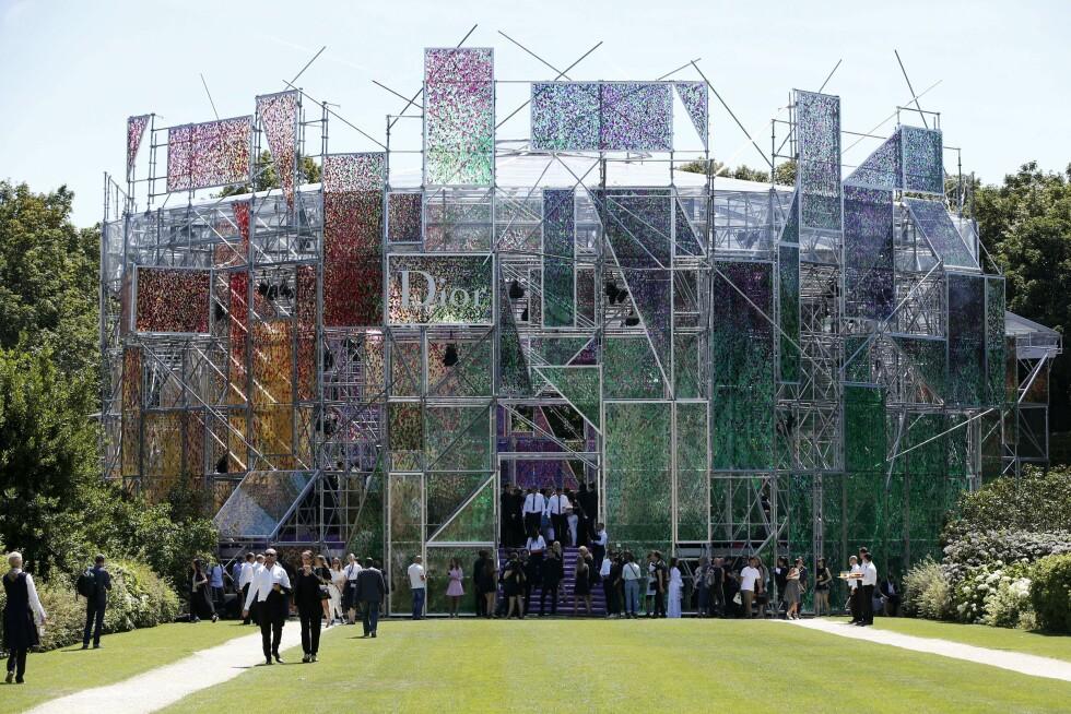 <strong>KUNSTVERK:</strong> Dior holdt sin couture visning i et spektakulært lokale. Foto: Afp
