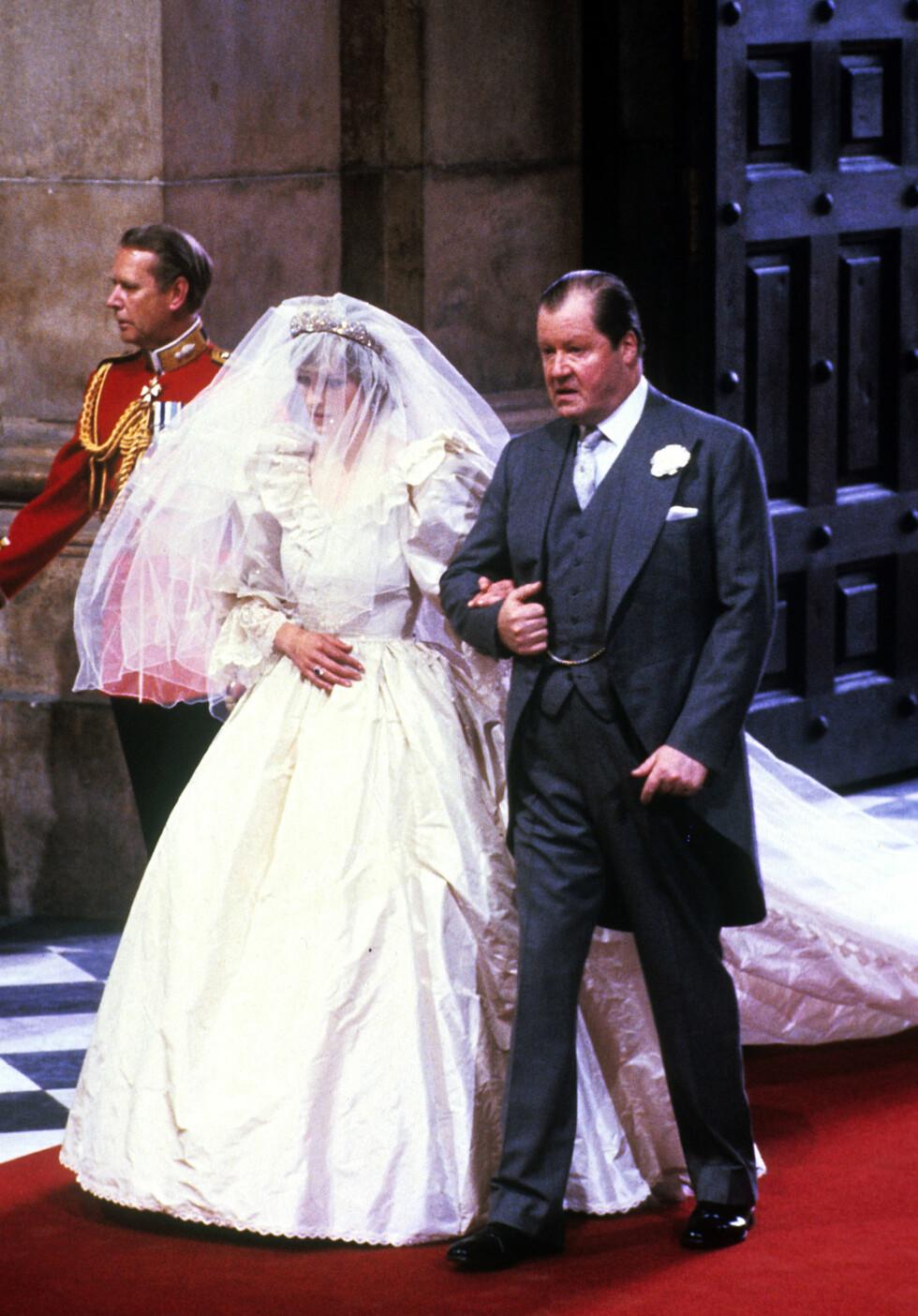 FØRT OPP MIDTGANGEN: Hele verden fulgte med da Diana ble ført opp midtgangen i St. Pauls-katedralen av sin far John, jarlen av Spencer.  Foto: Pa Photos