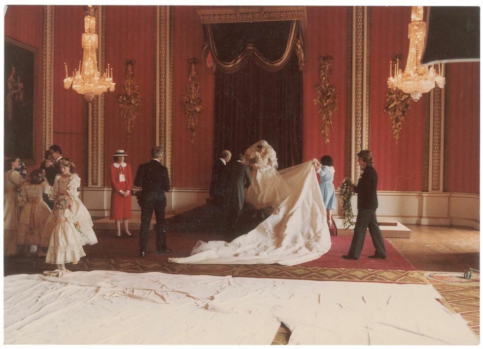 BAK KULISSENE: Her gjør Diana seg klar for å ta bryllupsbildene sammen med Charles og familien.  Foto: Splash News