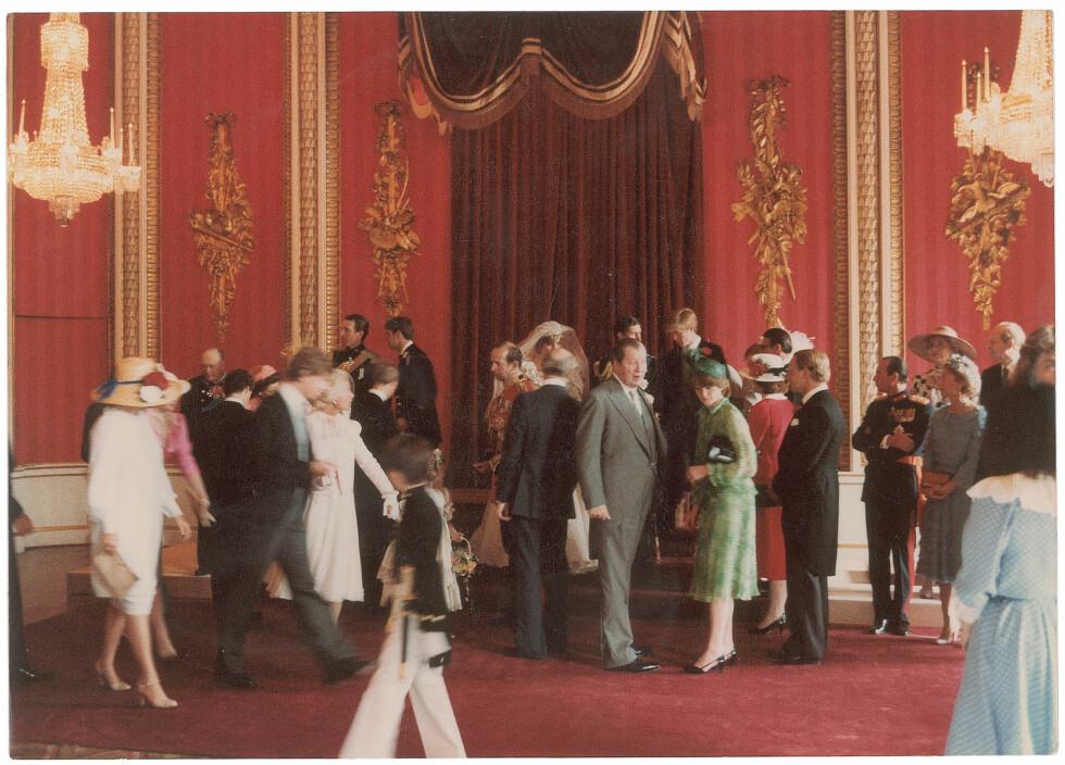 STILLER SEG OPP: Her gjør alle seg klare til å ta bryllupsbilder sammen med det nygifte paret.  Foto: Polaris