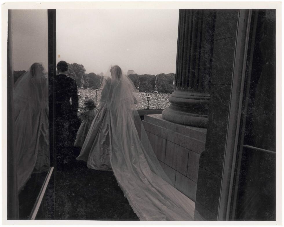 NYGIFT: Diana og Charles hilser på folket etter vielsen.  Foto: Polaris