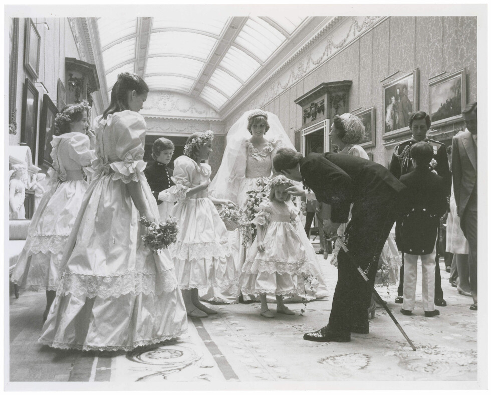 BRUDEPIKER: Her er Diana avbildet sammen med de nydelige brudepikene sine.  Foto: Splash News