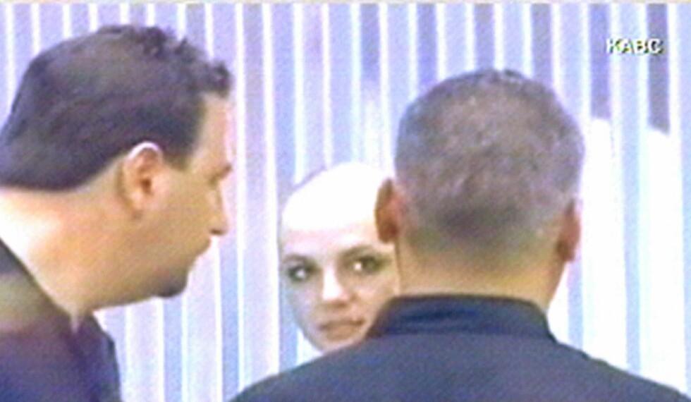 2007: Britney barberer av seg alt håret. Foto: AFP