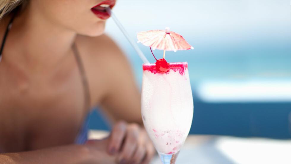 SOMMERDRINK: Det kan ofte føles som man blir raskere full i sommervarmen, men er det egentlig slik? Vi har snakket med en ekspert. Foto: Scanpix/NTB