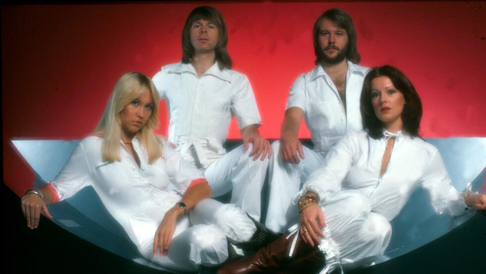 I HVITT: Hvite dresser har vært et plagg ABBA alltid har trivdes i. I dag står Frida bak skidressdesign i samme stil.   Foto: All Over Press