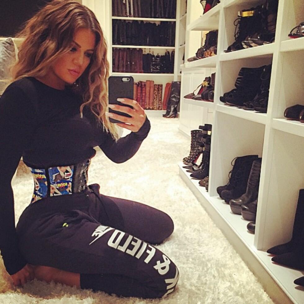 TREND: Også Khloe Kardashian er besatt av korsettene som skal kunne trene midjen, og har her latt seg avbilde i et eksemplar på sin Instagramkonto. Foto: SipaUSA