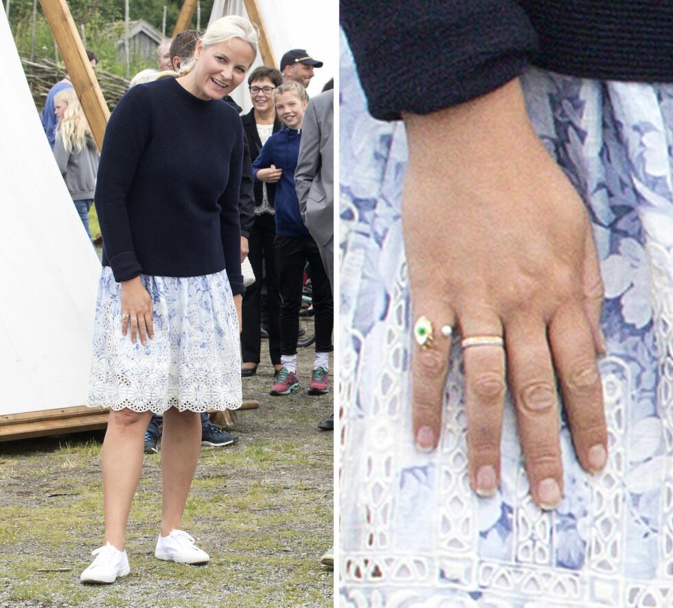 BLONDEDETALJ: Det var bare 10 grader i Nord-Trøndelag, så kronprinsessen bar en mørkeblå strikkegenser over det som enten er kjole eller et skjørt med blondedetaljer. I tillegg til øyesmykket, hadde hun to tynne ringer på ringfingeren. Foto: Andreas Fadum/Se og Hør