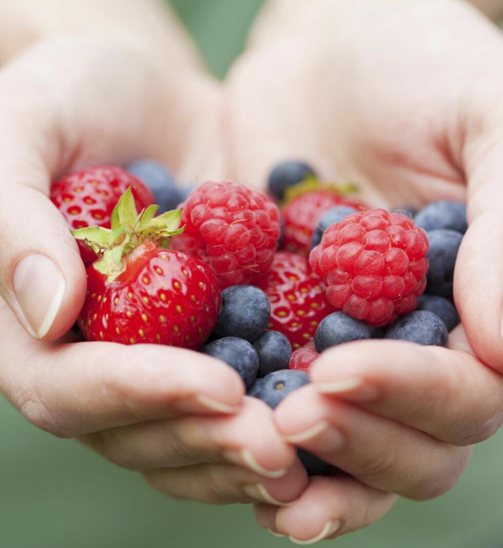 BÆR ER BRA FOR HJERTET: Jordbær og blåbær skal kunne senke risikoen for å få hjerteinfarkt.  Foto:  Thinkstock.com
