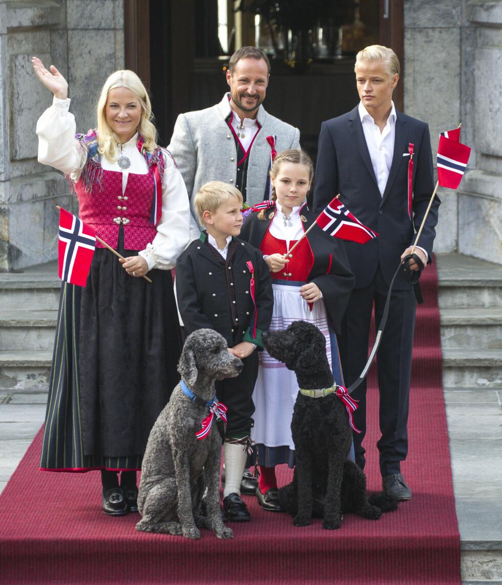 FIRBEINTE VENNER: Kronprinsfamilien har med seg hundene når hilser på barnetoget utenfor Skaugum hver 17. mai. Her er Muffins Kråkebolle (t.h.) med mamma Milly Kakao under fjorårets feiring.  Foto: Andreas Fadum/Se og Hør