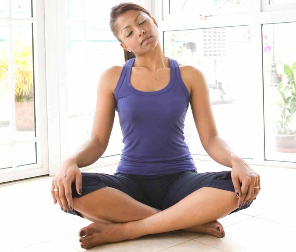 ØVELSE 1: Bare det å sitte og tøye sakte på nakken fra side til side - slik som på bildet - kan være nok til å løsne opp i spenninger og stiv muskulatur. Foto: All Over Press