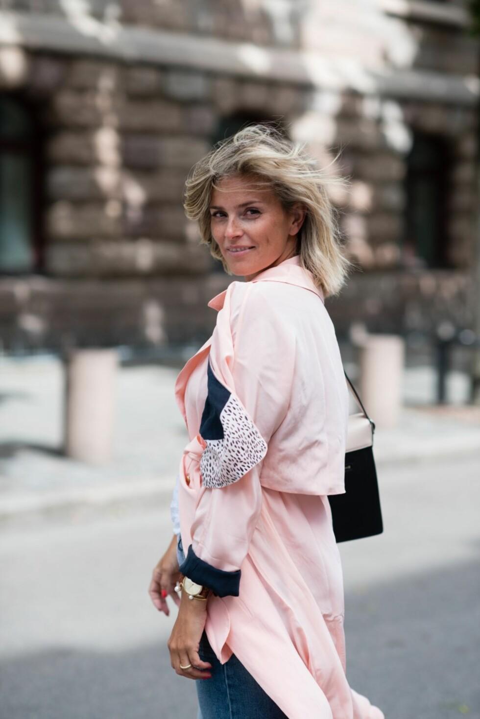 ROSA JAKKE: Gjør som Janka og gå for en pastellfarget trenchcoat. Foto: Polliani.com